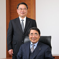 (right) Toshio Kawarabuki, Chairman and representative director (left) Genji Midorigawa, President and representative director